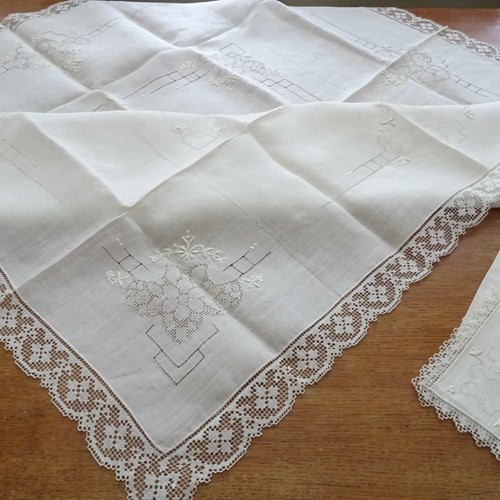 Fine linen tablecloth and six napkins