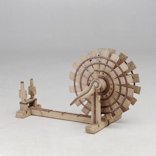 Wooden yarn spinner