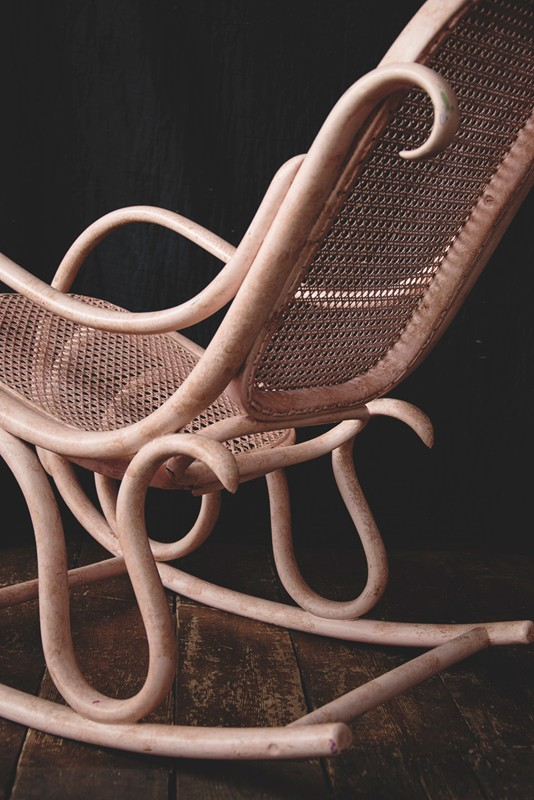 Bentwood Rocking Chair-dig-haushizzle-thonet4-main-636586103767609491.jpg