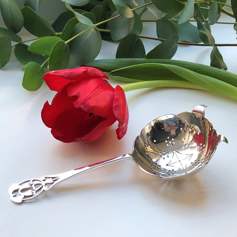 Silver Tea Strainer With A Pierced Decoration-linda-jackson-antique-silver-lj0227-2-main-637447783315990973.jpg