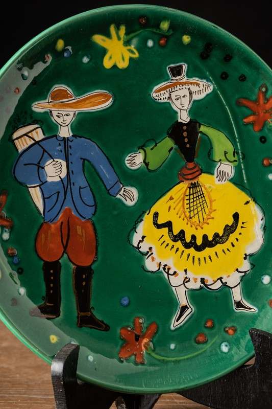 Decorative green plate with folk dancers -vintagerious-k000413-03-main-637286943044761936.jpg